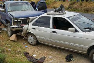 Los cuerpos quedaron sobre la carretera junto a dos autos.