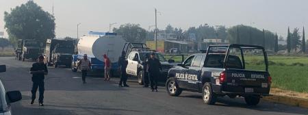 Huachicoleros abandonan pipa cargada en medio del camino en EDOMEX