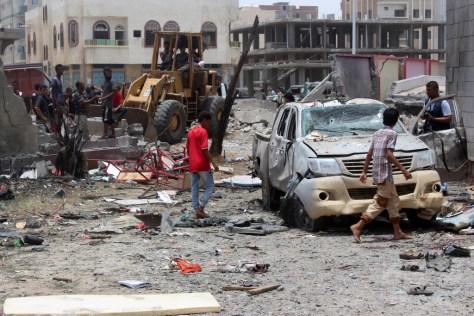 イエメン南部アデンで起き、イスラム過激派組織「イスラム国(IS)」が犯行声明を出した車爆弾による自爆攻撃の現場を調べる人々(2016年8月29日撮影、資料写真)。(c)AFP/SALEH AL-OBEIDI