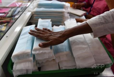 インド・ムンバイにある慈善団体のオフィスに置かれた生理用ナプキン(2018年4月10日撮影、資料写真)。(c)AFP PHOTO / INDRANIL MUKHERJEE