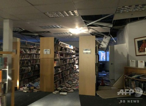 米アラスカ州アンカレジの図書館で、地震により落下し床に散乱した天井板や本(2018年11月30日撮影)。(c)AFP PHOTO / Dr. Holly A. Bell