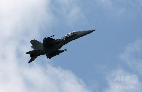 パリ航空ショーで行われたF18戦闘機の展示飛行(2007年6月19日撮影、資料写真)。(c)AFP/PIERRE VERDY