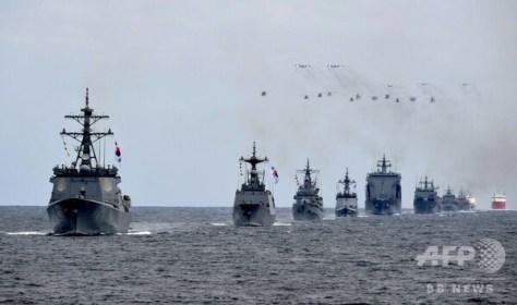 韓国南部済州島沖で行われた国際観艦式のリハーサル(2018年10月9日撮影)。(c)AFP PHOTO / YONHAP〔AFPBB News〕