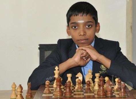 インド南部チェンナイの学校で写真撮影に臨む、世界で2番目に若い、12歳でチェスのグランドマスターになったプラグナマンダ・ラメーシバブ君(2018年2月12日撮影、6月25日公開)。(c)AFP PHOTO / VELAMMAL SCHOOL