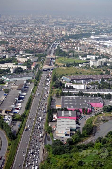 仏パリ郊外のルブルジェ空港近くを走る高速道路(2013年6月18日撮影、資料写真)。(c)AFP/ERIC FEFERBERG