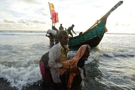 バングラデシュのテクナフで、ミャンマーからナフ川を渡ってきた船を降りるロヒンギャ難民ら(2017年9月14日撮影)。(c)AFP/MUNIR UZ ZAMAN