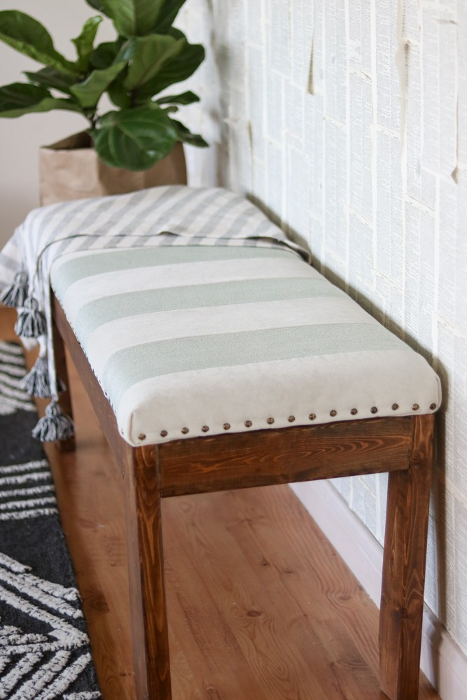 Benches are so versatile! You can use them inside or out, and they make great decor. Let's talk about how to build a bench: the best DIY tutorials. HOW TO BUILD A BENCH: THE BEST DIY TUTORIALS