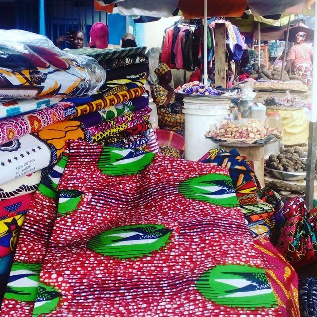 色鮮やかなアフリカの布パーニュ