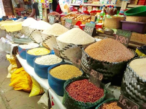 お米や豆にはkgあたりの値段が記されています。