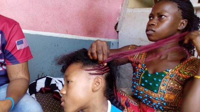 ギニアの女の子はみんなオシャレなヘアスタイルにするのが当たり前です。