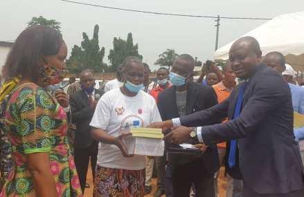 Kasaï : Ferdinand Poshampa lance la campagne de distribution des manuels scolaires en langues nationales