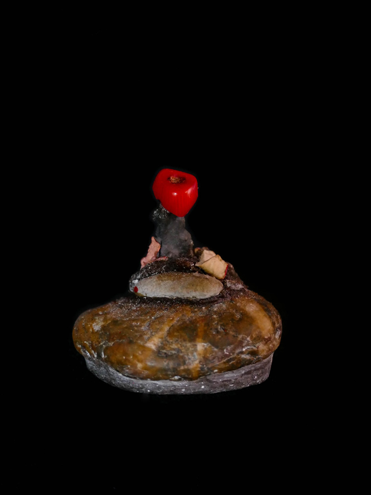 The red tooth, sculpture, addé, african homage