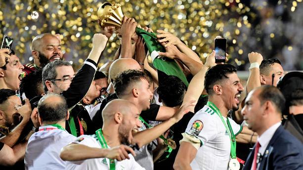 Les joueurs célèbre la victoire avec la coupe, capture d'écran, juillet 2019