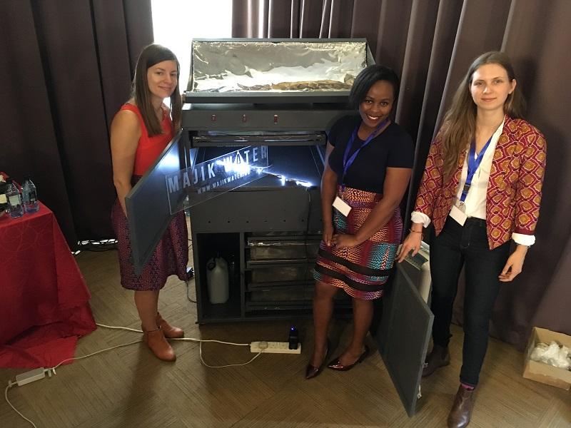 Beth Koigi avec ses associés devant le dispositif de majik water, Cleanleap, 2019