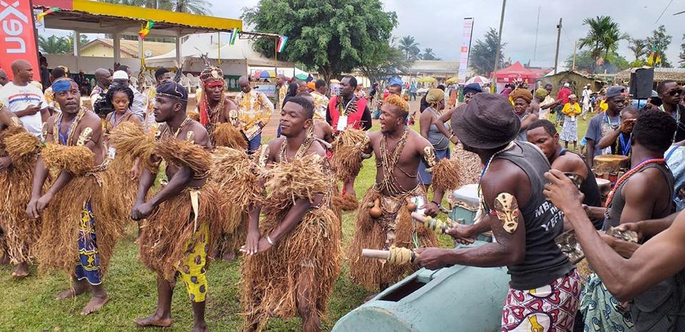 Mvet Oyeng, des danseurs traditionnels, Ongola images,