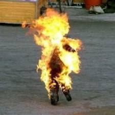 Dans la foulée du suicide par immolation du marchand ambulant Adel Hkazri