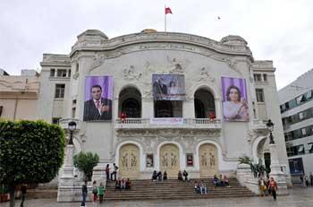 Il circule sur les réseaux sociaux deux grands portraits affichés sur la façade du théâtre municipal de Tunis