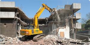 Les unités municipales du poste de Cité Al Khadhra et les forces de la garde nationale ont démoli une maison construite entre deux immeubles