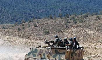 Des unités de l'Armée équipées de véhicules blindés et d'éléments d'infanterie armés de mitrailleuses lourdes