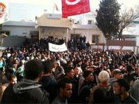 Les habitants de Kasserine sont descendus dans les rues de la ville et se sont rassemblés devant le siège du gouvernorat pour exprimer