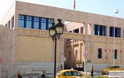 Des dizaines d'employés et agents du ministère de la culture ont observé un sit-in devant son siège du ministère