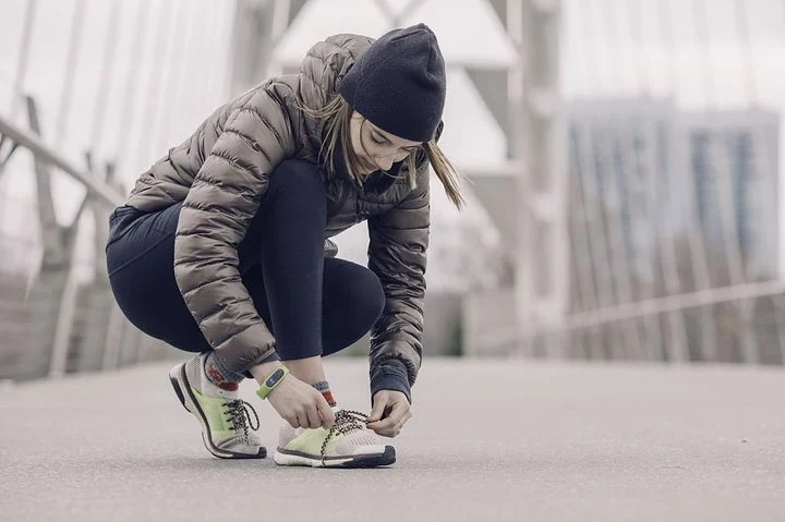A woman preparing to start running