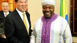 Poignée de mains entre Ali Bongo Ondimba et Liu Shaoxi