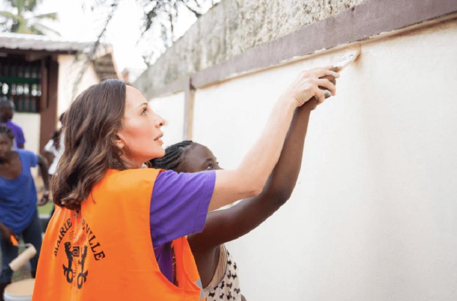 Sylvia Bongo Ondimba apprend aux enfants à peindre