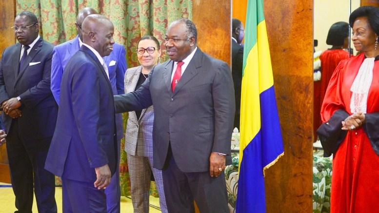 Le Chef de l'Etat félicite le ministre entrant Michel Menga M'Essone à l'issue de la cérémonie de prestation de serment