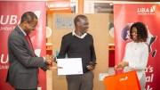 Un des gagnants reçoit son lot à UBA Gabon