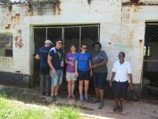 Delegasjonen sammen med Ayanda og en av de ansatte ved den gamle barnehagen.