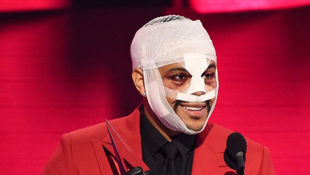 The Weeknd musique visage bandé et enflé