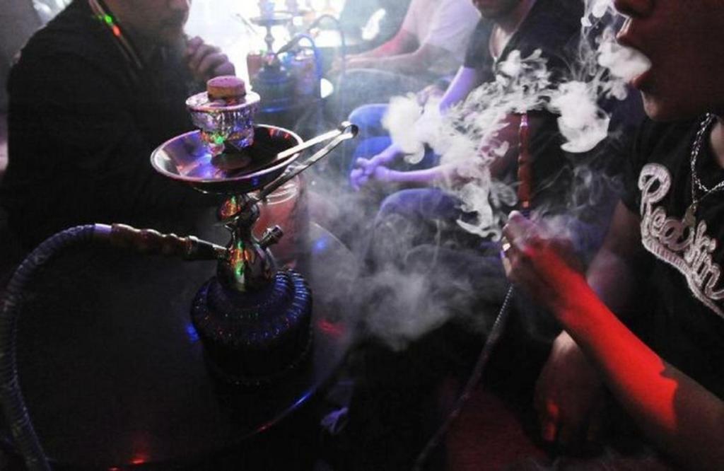 jeunes élèves fumant shisha internautes réagissent vivement