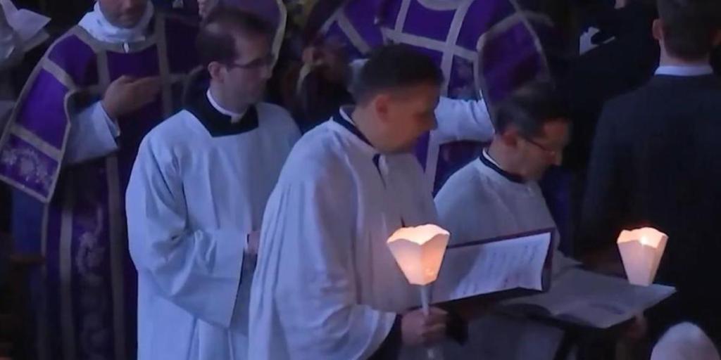Un prêtre et un ecclésiaste sont en garde à vue pour non respect des mesures barrières pendant une messe pascale .