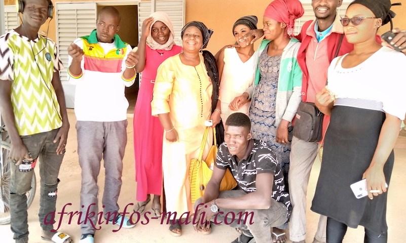 Photo de famille de la troupe Jonkala de Bla avec la comédienne Oumou Berthé (au milieu)