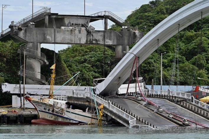 Spectacular images: bridge in Taiwan collapses, tank truck collapses deeper