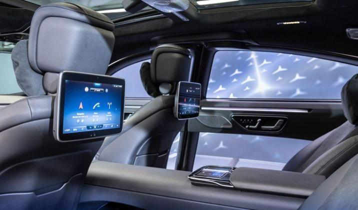 This study model already shows the space in the back seat of the new S-class, in addition to the new multimedia screens