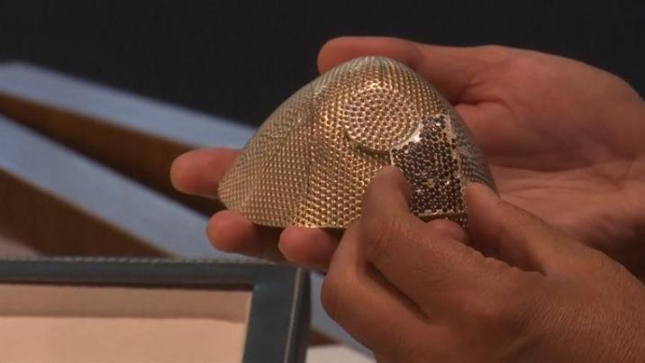 Isaac Levy toont het dure masker van 18 karaats witgoud, ingelegd met 3.600 diamanten.
