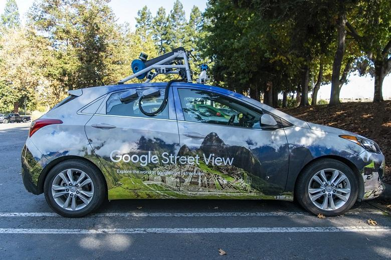 Google Maps captures lady in awkward posture [Photo]