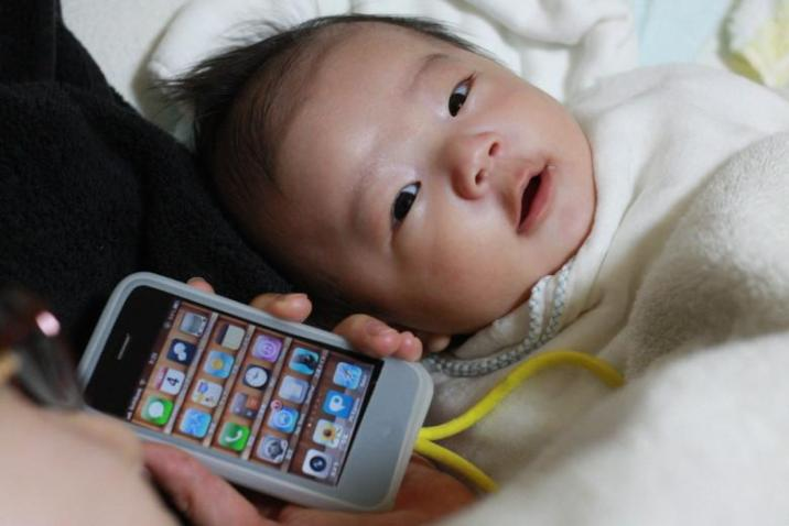 Top 5 unbelievable things people do because of iPhone