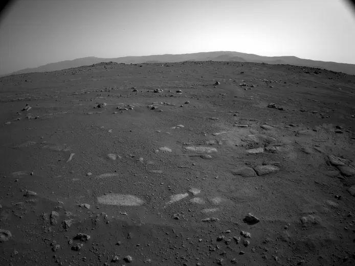 ©NASA/JPL-Caltech – A view to the south. Here you can see the cliffs in the distance from a different perspective.