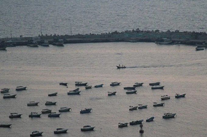 Israel restricts Gaza Strip fishing as punishment for 'fire balloons'