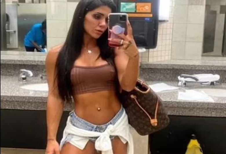 Bodybuilder is not allowed on a plane because of this outfit