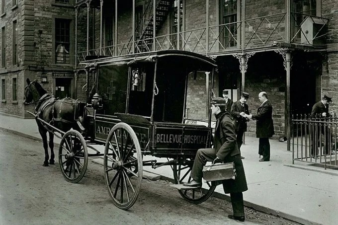 Horse ambulance carriage outside Bellevue Hospital in New York, 1895. Photo Museum of the City of New York