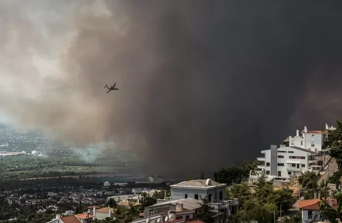 """Thousands flee large fire in northern Athens: """"Behind us is hell"""""""