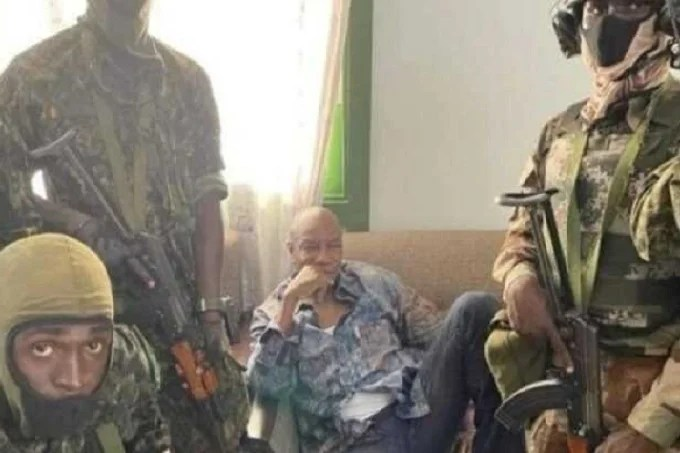 Alpha Condé sitting in the middle of the Special Forces