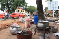 Et si on installait la cuisine au bord de la route ? / What about cooking along the street?