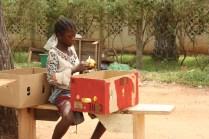 Une jeune fille occupée à éplucher des oranges / A young girl is peeling oranges