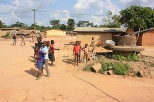 La visite d'un journaliste ne passe pas inaperçue / A journalist coming to the village ist quite an event