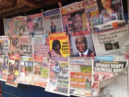 Un kiosque à journaux sur Circle Road / A newsstand on Circle Road